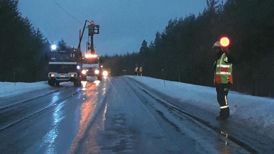 Ylikiiminki Rekikylässä  kello 8.40  oli valopylvään kaato-operaatio.