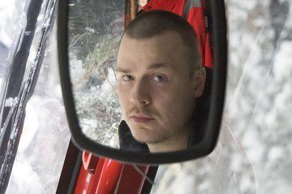 Kuusamolainen Henrik Ervasti viettää kymmenen tuntia kopissa yksin, eikä valita – näin sujuu metsäkoneenkuljettajan iltavuoro
