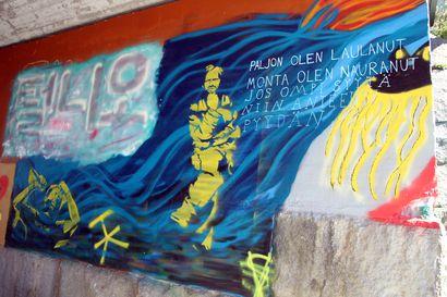 Rajat ylittävää graffititaidetta rautatietunneleihin – Niin Kalkkimaan pappi kuin Läjä Äijälä värittävät nyt Haaparannan katukuvaa