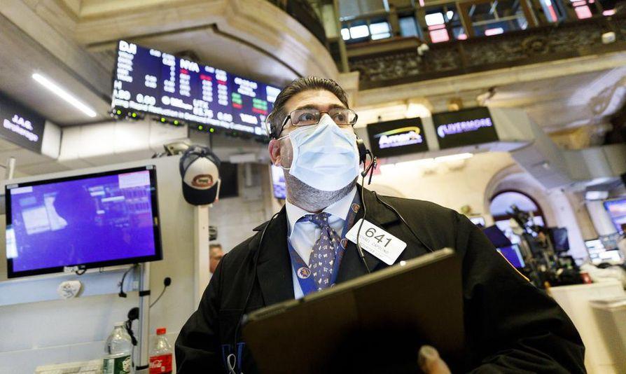 Kuvassa yhdistyy kolme Suomessakin ajankohtaista talousvaikutinta: koronavirus, pörssi ja maailmantalous. Meklari Michael Capolino sonnustautui hengityssuojaimeen New Yorkin pörssissä.