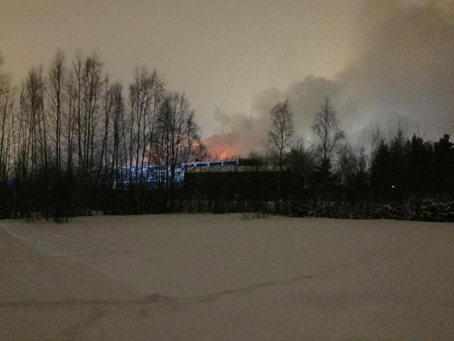 Palosta nousee taivaalle sankka savu.