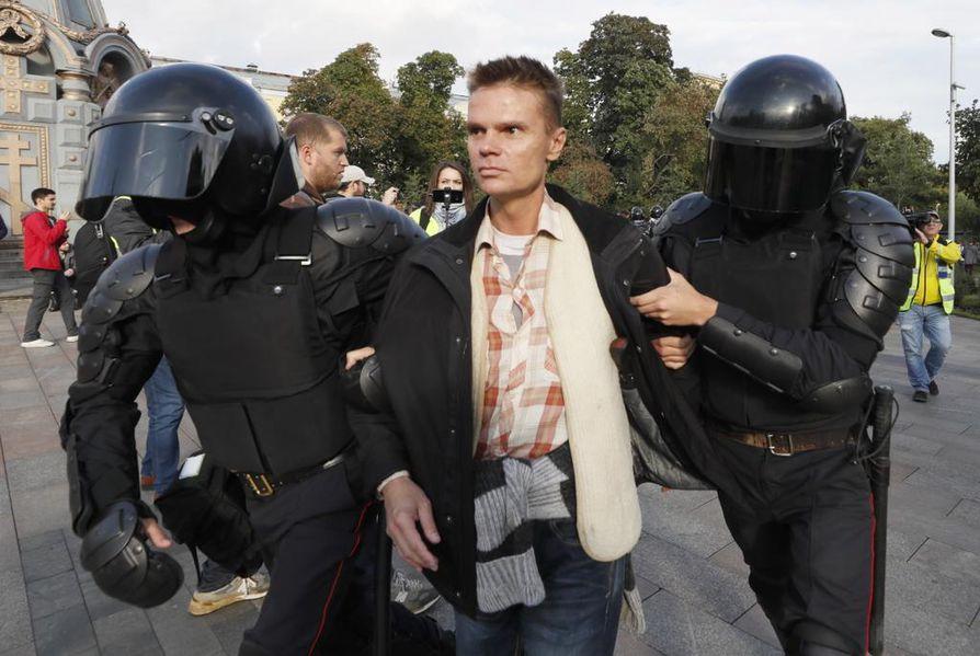 Mellakkapoliisi vie pois taas yhtä opposition mielenosoitukseen osallistunutta nuorta Moskovassa. Nämä pidätykset tapahtuivat aivan presidentinhallinnon edustalla.