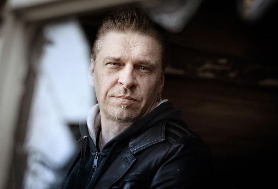 Laulujen kirjoittaminen on toiminut Esa Elorannalle myös terapiana.