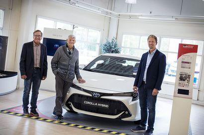 Tojo-Autosta sai uuden Toyotan ensimmäisten joukossa Suomessa - palvelevaa autokauppaa takana jo 50 vuotta
