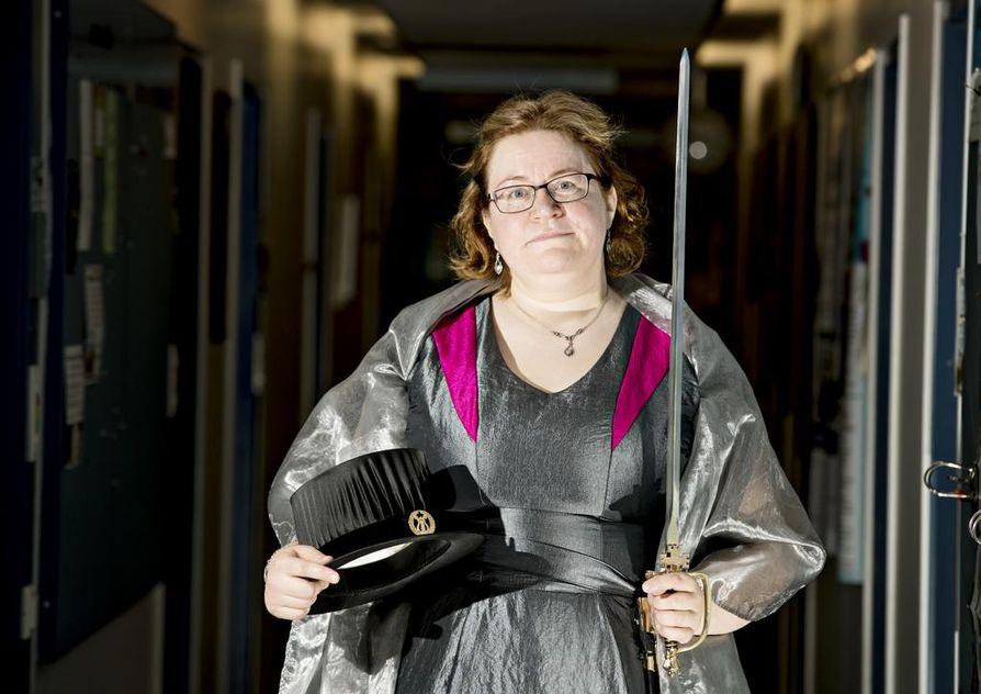 """Vuonna 2015 väitellyt Maija Saviniemi on yksi promovoitavista nuorista tohtoreista eli promovendeistä. """"Uskon, että jäisi harmittamaan, jos jättäisi juhlan väliin. Bileitä riittää, mutta tämäntyyppisiä juhlia tulee kohdalle ehkä kerran elämässä"""", Saviniemi sanoo."""