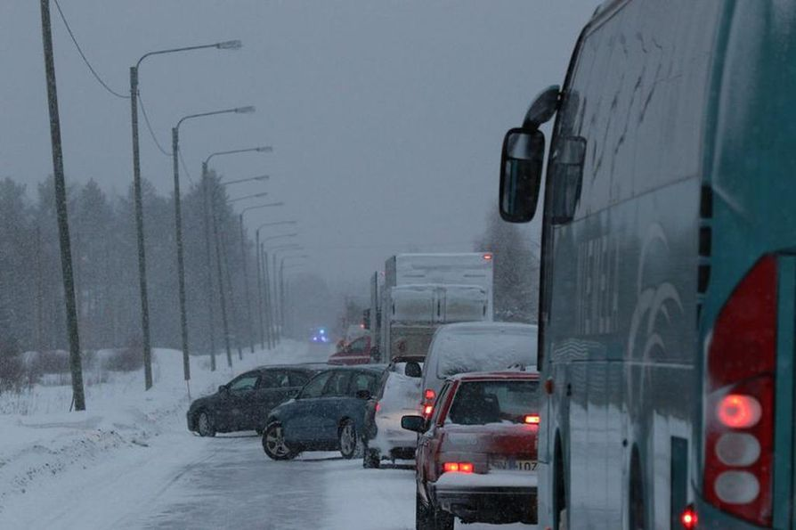 Rovaniemellä tapahtui kuolemaan johtanut liikenneonnettomuus perjantaina iltapäivällä. Tielle syntyi jonoa, ennen kuin liikenne ohjattiin kiertoteille.