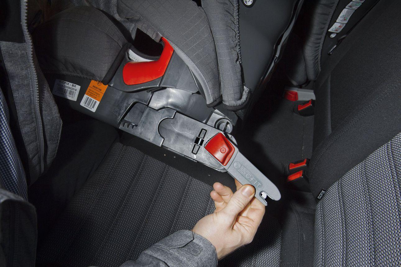 Vastasyntyneestä 12-vuotiaaksi käytettävät autojen turvaistuimet saivat täystyrmäyksen – normaalisti samassa ajassa käytetään kolmea eri turvalaitetta