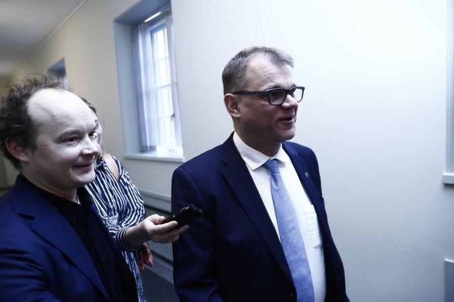 Entinen pääministeri Juha Sipilä (kesk.) oli kokoukseen mennessään vakava ja täysin puhumaton.