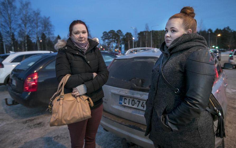 Pudasjärveltä Oulussa Sanna Halosen (vas.) kanssa käymässä ollut Tanja Heikkinen sanoo, että on keskustellut töissä asiakkaidensa kanssa Oulun tapahtumista. Muuten asian puiminen on jäänyt vähemmälle.