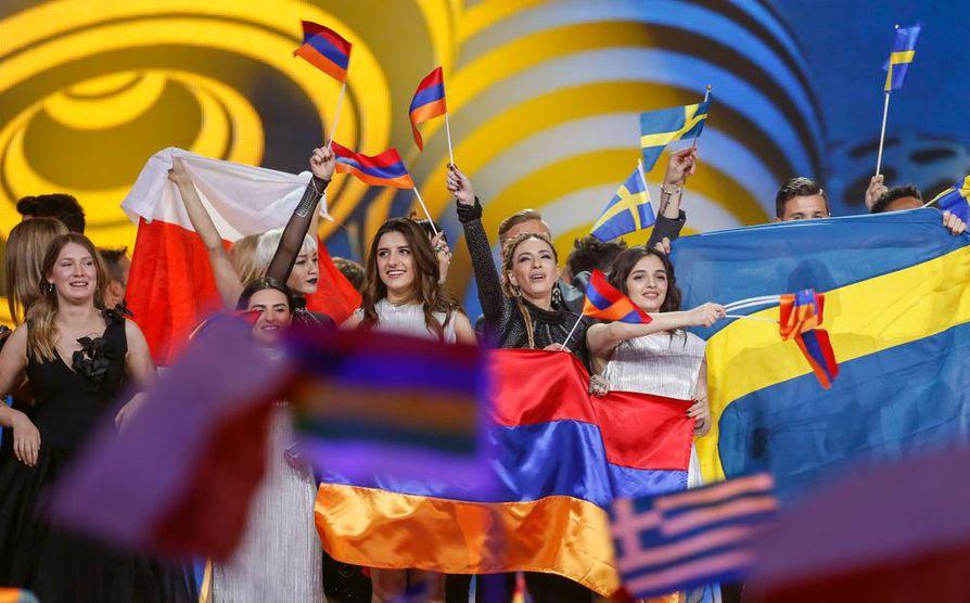 Esiintyjät juhlivat jatkoon pääsemistä Kiovan Euroviisuissa tiistaina.