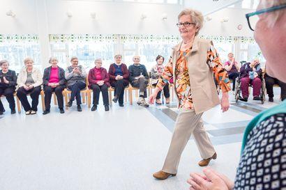"""87-vuotias Helmi ensimmäistä kertaa mallina - Ei mikään helppo homma: """"En nukkunut viime yönä kuin kaksi tuntia"""""""