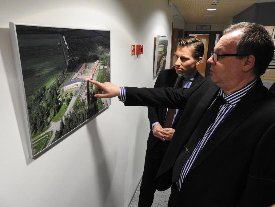 Pelson vankilan johtaja Pertti Reiman (oik.) kertoi oikeusministeri Antti Häkkäselle vankilan toiminnasta.