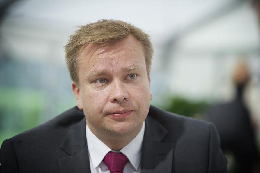 Keskustan eduskuntaryhmän puheenjohtaja Antti Kaikkonen kertoo, että keskusta haluaa lisätä avoimuutta mutta puolustaa yksittäisen ihmisen oikeutta tavata kansanedustajia ilman, että nimi päätyy lehteen.
