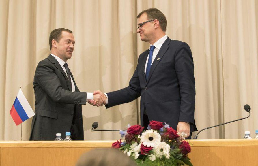 Venäjän pääministeri Dmitri Medvedev (kuvassa vas.) ja pääministeri Juha Sipilä (kesk.) tapasivat Oulussa perjantaina.