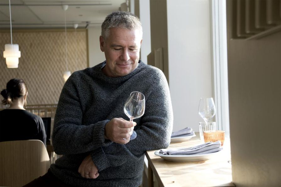 """Viimeisten parin vuoden aikana Saku Tuominen opetellut eri paikoissa syödessään maistamaan, mistä hän pitää ja mitä tekisi itse toisin. """"Sinusta tulee hyvä viiniasiantuntija, jos keskityt loppuelämäsi siihen ensimmäiseen kulaukseen"""", Tuominen sanoo."""