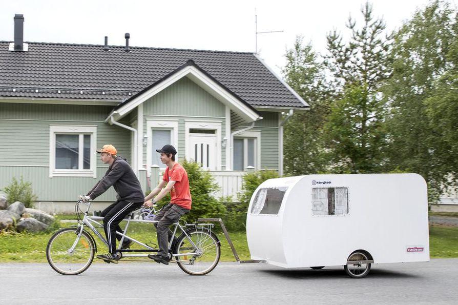 Joni Murto, ja Henri Mattila Muhokselta rakensivat oman miniasuntovaunun, jota vedetään tandempyörällä.