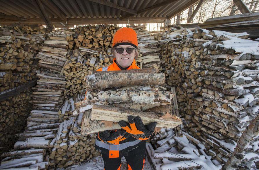 Tapio Roinisen halkovarastossa on pari rekkakuormaa polttopuuta kuivamassa.