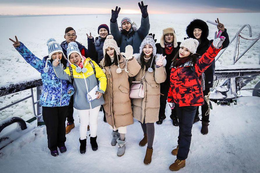 Kiinalaisten matkailu Lappiin ja erityisesti Rovaniemelle on kovassa kasvussa. Tässä kiinalaisia turisteja jäänmurtaja Sammon kannella vuonna 2018.