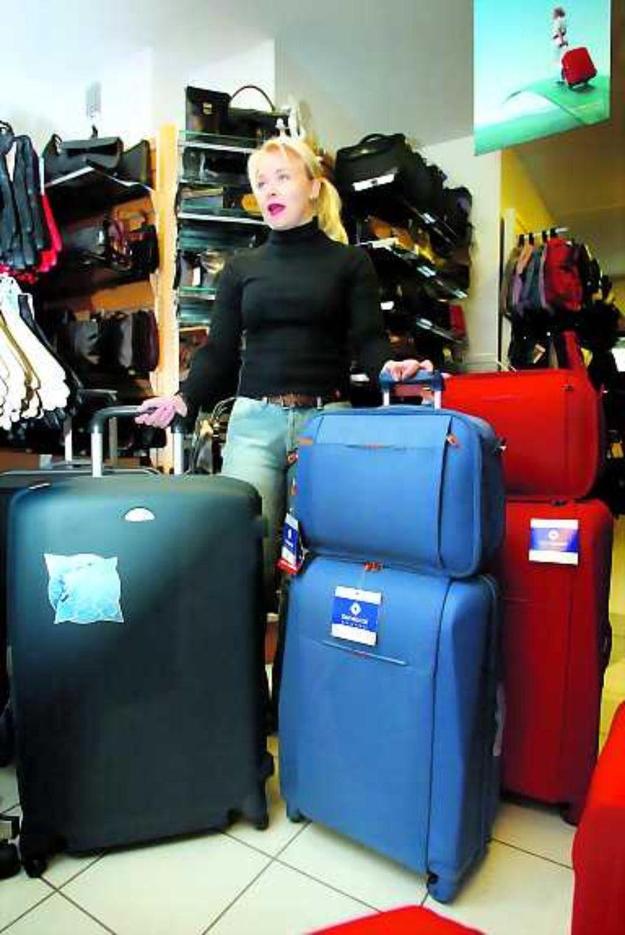 Kokoa ja näköä. Uudet matkalaukut ovat kookkaita, mutta kevyitä. Väreistä löytyy hillityistä vähän räväkämpiin. Erilaiset setit ovat hyvin suosittuja, tietää yrittäjä Minna Mikkola.