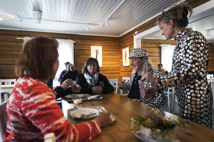 Anne Hautamäki (vas.) pääsi osaksi Reflect-Ii -performanssia. Ympäristöaiheista teosta luotsivat venäläislähtöinen ympäristöjournalisti Angelina Davydova sekä amerikkalaistaiteilijat Dean Lozow ja Andréa Stanislav.