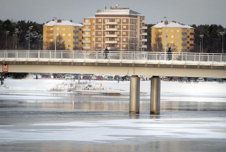 Jäille menemistä ei vielä suositella. Jäät ovat vielä petollisen ohuita sekä merellä että sisävesillä. Jäätilannetta Pikisaaren sillan alueella.