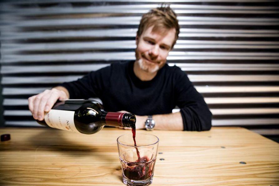 Kun Tuomas Meriluoto aloitti viinialalla yli 20 vuotta sitten, maisteluissa ja messuilla näkyi enemmän puvuntakkeja ja kravatteja. Nyt meno on muuttunut rennommaksi.