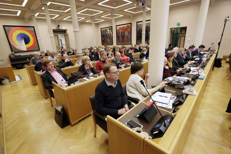 Oulun kaupunginvaltuusto hyväksyi maantaina tulevan vuoden budjetin. Kuvassa valtuusto piti budjettikokousta vuosi sitten 17.12. 2018.