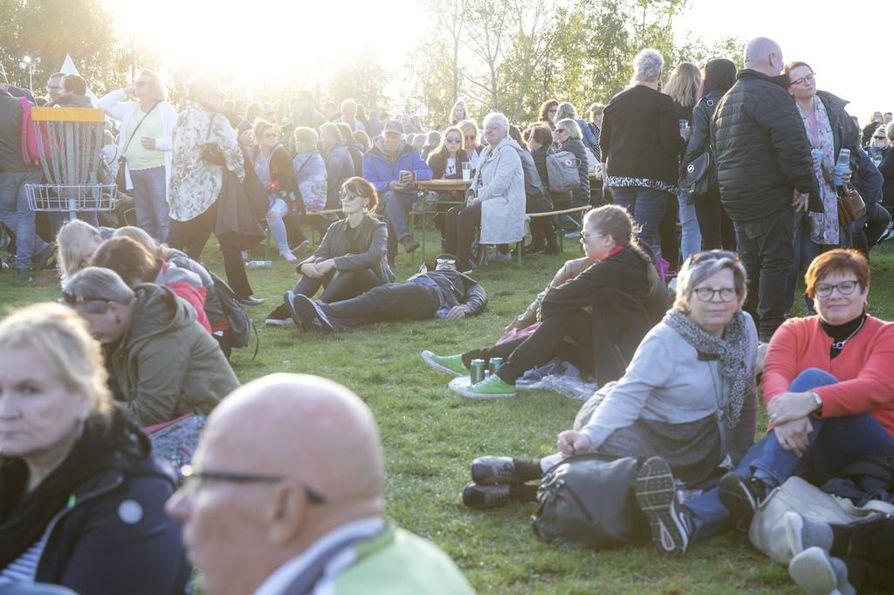 Yleisö levähti nurmikolla soiton lomassa.
