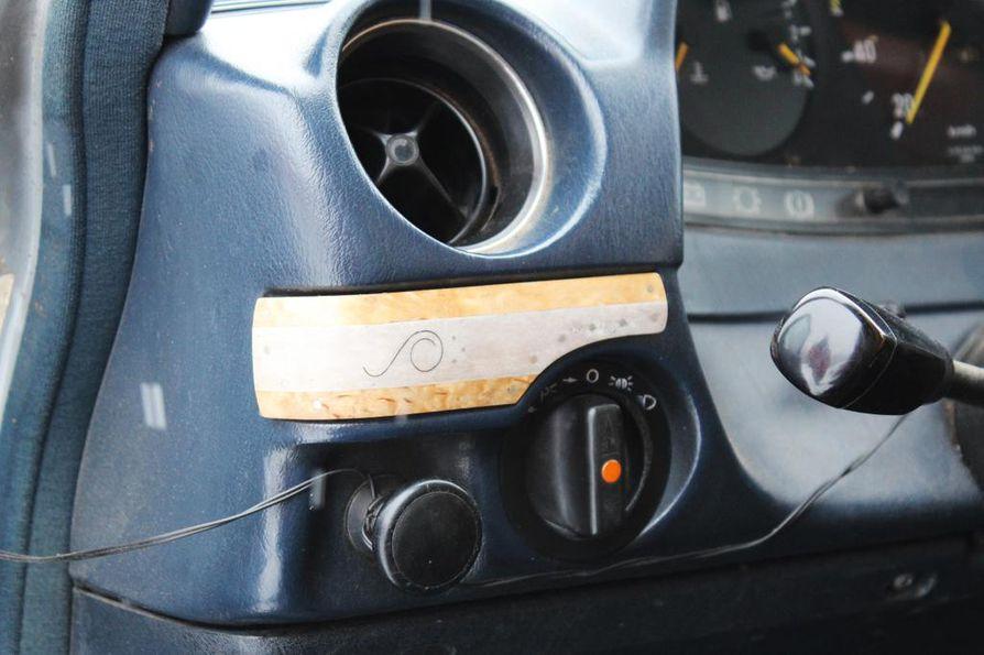 Korppiloiden tuttava on tehnyt Mercedes-Benzin kojelautaan koristelistan visakoivusta ja poronluusta.