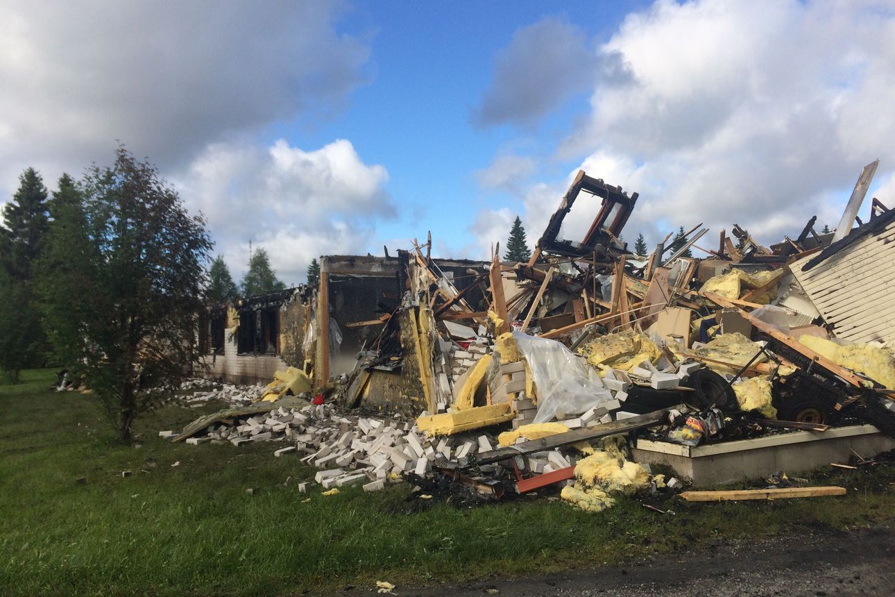 Viiden asunnon rivitalo tuhoutui tulipalossa Kuusamon Tolpanniemessä – palosta ei tiettävästi koitunut henkilövahinkoja