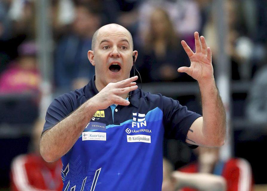 Joel Banksin aloitus Suomen miesten lentopallomaajoukkueen päävalmentajana on ollut vaikea. Torstaina tuli tärkeä voitto.