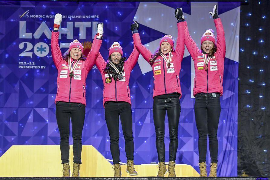 Aino Kaisa Saarinen, Krista Pärmäkoski, Laura Mononen ja Kerttu Niskanen juhlivat viestipronssia torstaina. Nelikko nähdään myös Lahden MM-kisojen päätösmatkalla.
