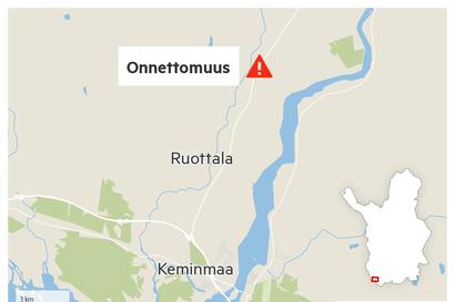 Malminkuljetusrekka suistui tieltä ojaan Keminmaassa – Kallellaan olevan rekan nostaminen haittasi liikennettä