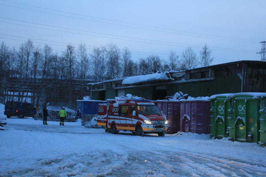 Noin kolmasosa hallin katosta tuhoutui palossa.
