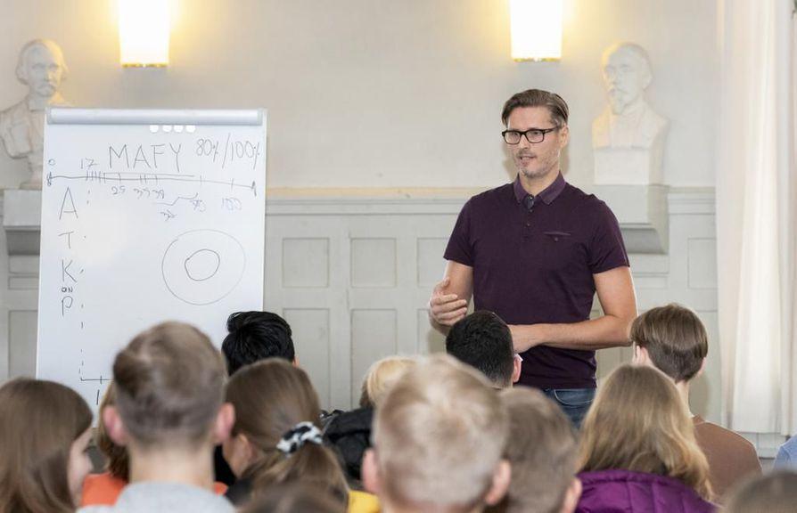 """""""Meitä ihmisiä stressaa se, teemmekö asioita oikein. Stressi vie meiltä paljon energiaa, jonka voisi käyttää johonkin hyödyllisempään"""", sanoo Markku Pajarinen. Hän luennoi oppimisesta Oulun Lyseon lukiossa maanantaina, laskujensa mukaan nyt neljättä kertaa. Samana päivänä luennointimatka jatkui Tyrnävän etälukioon."""