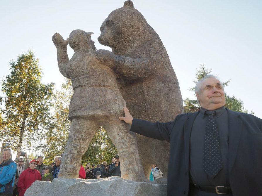Sulo Karjalainen patsaan paljastamisjuhlassa.