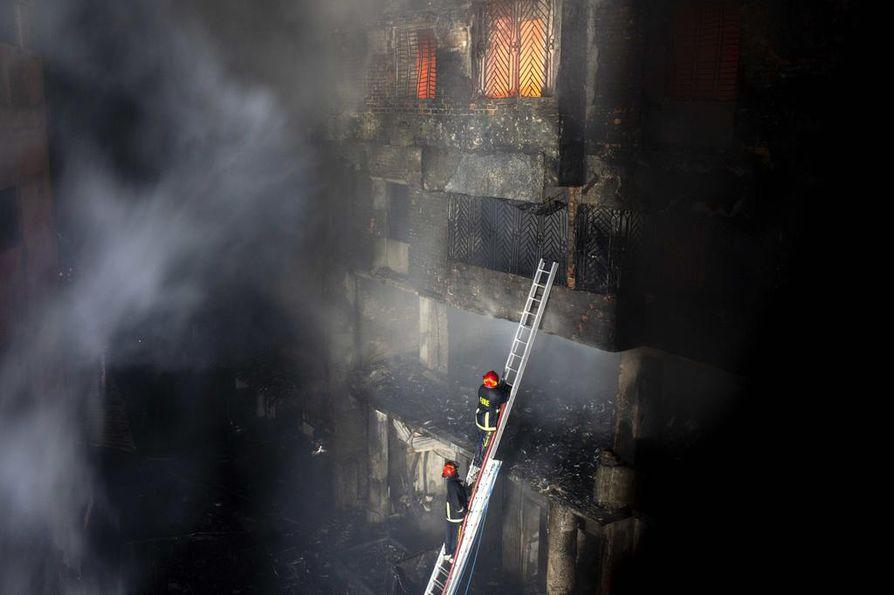 Noin 200 osallistui keskellä yötä riehuneen tulipalon sammuttamiseen.
