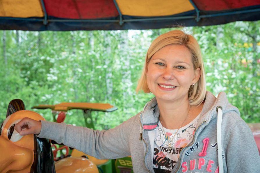 Kesäkuun 15. päivänä Oulussa vietetään kansallista tivolipäivää. Juhlapäivän kunniaksi ranneke on tarjouksessa, kertoo viidennen polven tivolilainen Lulu Sariola.
