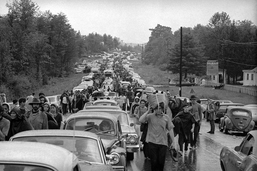 Woodstockin lähes kymmenkertaiseksi paisunut kävijämäärä aiheutti elokuussa 1969 valtavat liikenneruuhkat. Osa keikoista jäi väliin, kun artistit jäivät jumiin autojonoon.