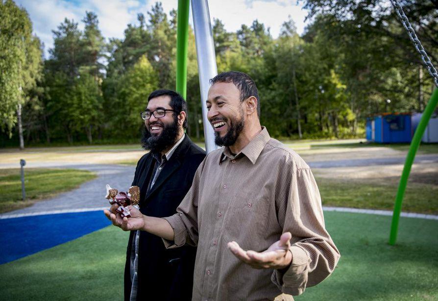 Khalil Er-Randi (edessä) ja Zijadin Gashi nauttivat lämpöisästä ilmasta ja valvoivat lastensa leikkimistä.