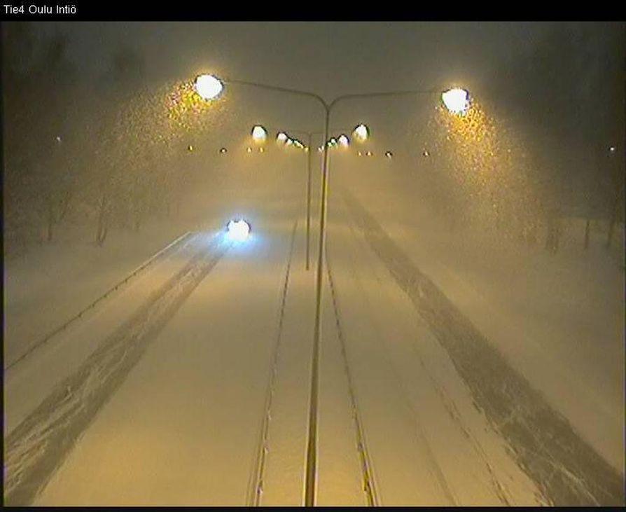 Lumipyry oli voimakkaimmillaan aamuyöllä. Kuva Intiön kelikamerasta kello 3.30 aikaan.