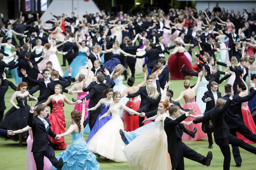 Lukioiden vanhat pääsivät viimein näyttämään tarkoin harjoiteltuja tanssikuvioita.