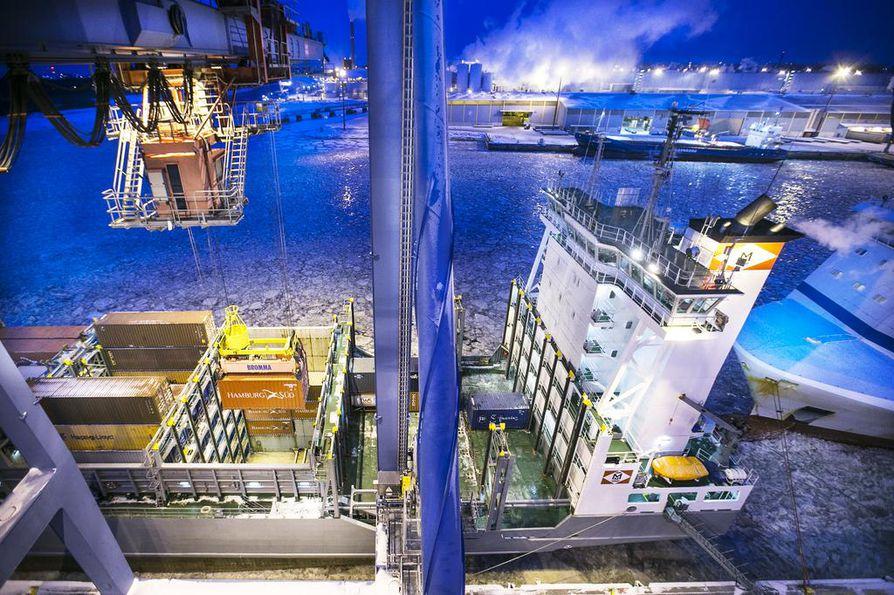 Oulun satamassa työskentelevät ahtaajat osallistuvat aktiivimallia vastustavaan lakkoon perjantaina. Arkistokuva.