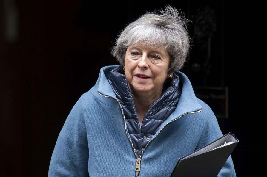Britannian pääministeri Theresa May lähti tiistaina virka-asunnoltaan puhumaan parlamenttiin.