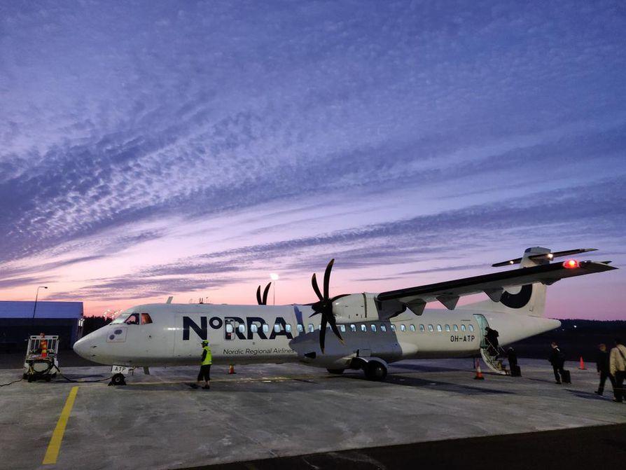 """Maakuntakentältä aloitettu Helsingin kautta lennetty yhdensuuntainen lentomatka esimerkiksi Barcelonaan aiheuttaa 200–250 kilon laskennalliset CO2-päästöt jokaista matkustajaa kohti. Suomalaisen keskimääräinen """"lentohiilibudjetti"""" sallii vain pari kolme tällaista matkaa vuoden aikana."""
