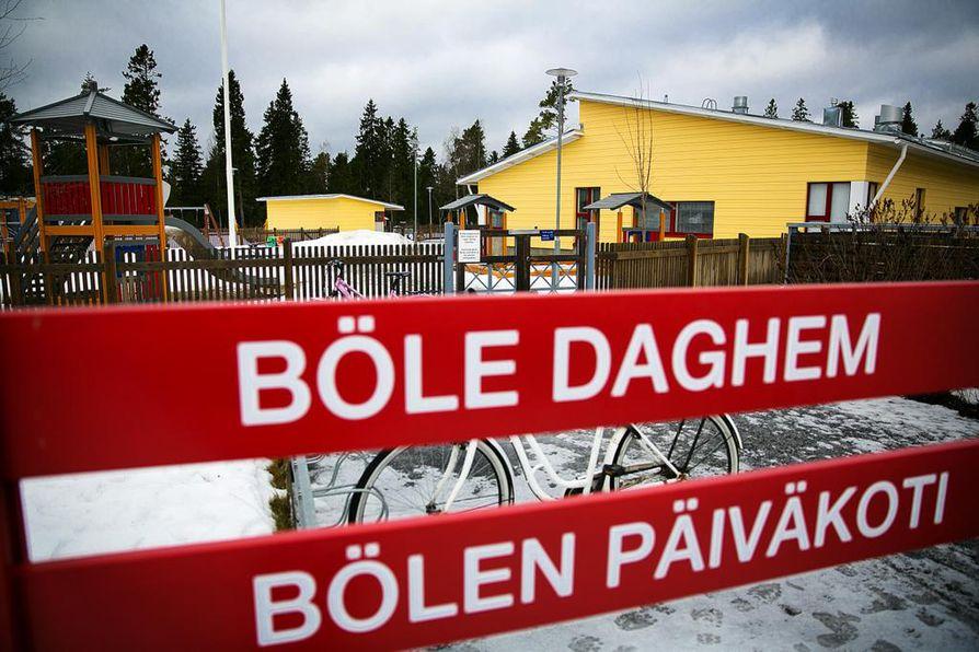 Mustasaaren kunnassa asukkaiden enemmistön äidinkieli on ruotsi. Rkp pitää valtaa valtuustossa.