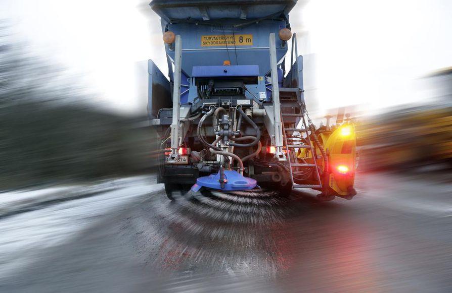 Tiesuola pitää teiden pinnat sulina. Samalla märkä tien pinta nopeuttaa asfaltin kulumista.