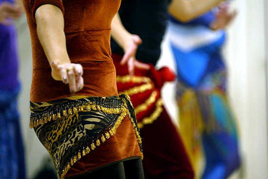 Kauniit kankaat ja kimaltavat koristeet kuuluvat itämaiseen tanssiin. Tanssinopettaja Pirjo Huuskon (oik.) esittelemän kynttiläkruunun malli on kenties peräisin jopa pyramidien rakentamisen ajoilta.