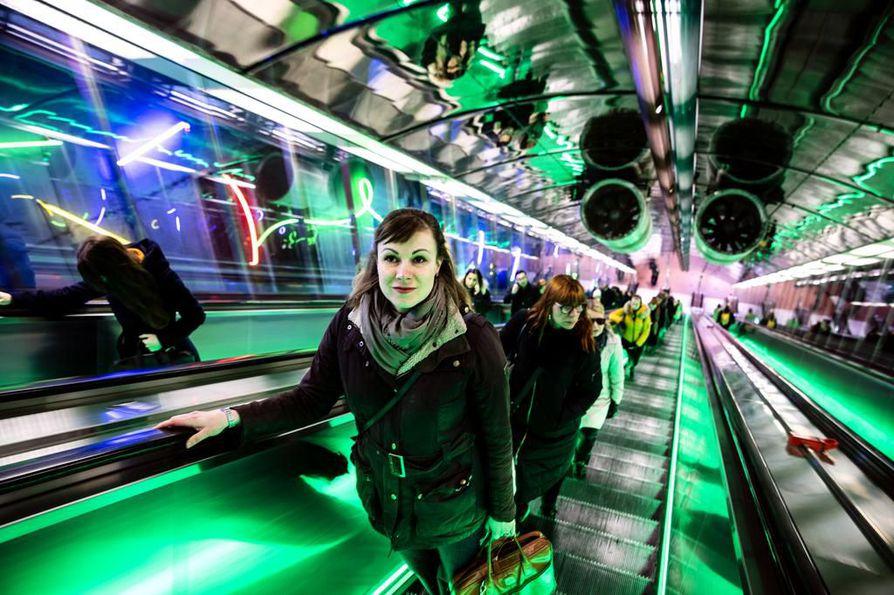 Riina Salmivalli kulkee metrolla töihin Espoosta Helsinkiin. Työmatkoilla hän yleensä kuuntelee podcastia tai vain istuu ja ihmettelee.
