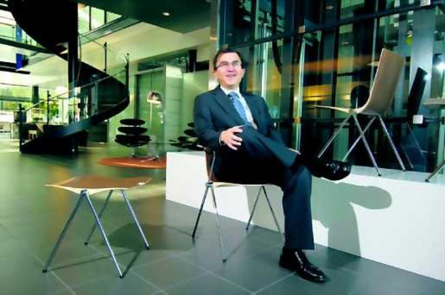 Uusi tähti. Toimitusjohtaja Heikki Martela ja kiiminkiläislähtöisen Samuli Naamangan suunnitteleman Clash-tuolin erilaiset versiot. Tuoli pinoutuu ja sarjoittuu.